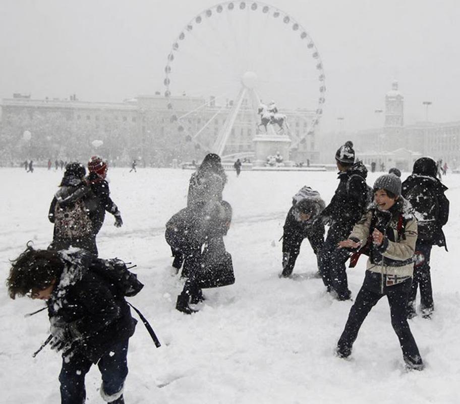 Перший сніг у Європі, тому діти святкують цю подію сніжками