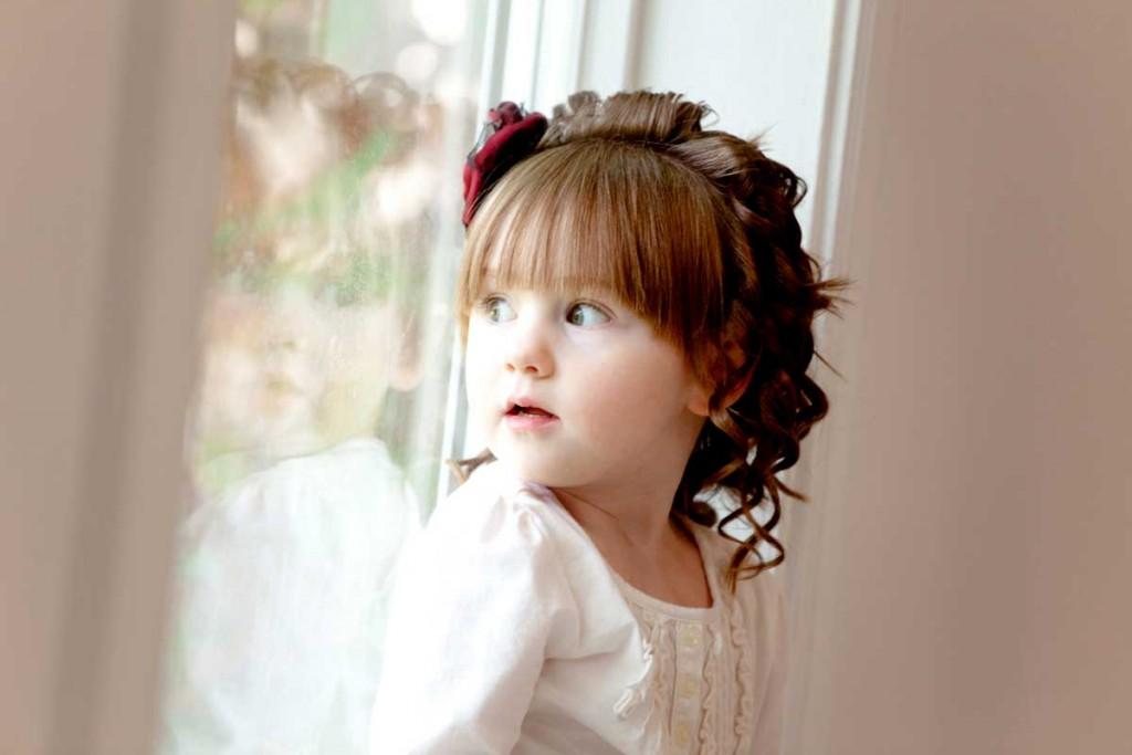 Дівчинка біля вікна. Дитяча фотосесія