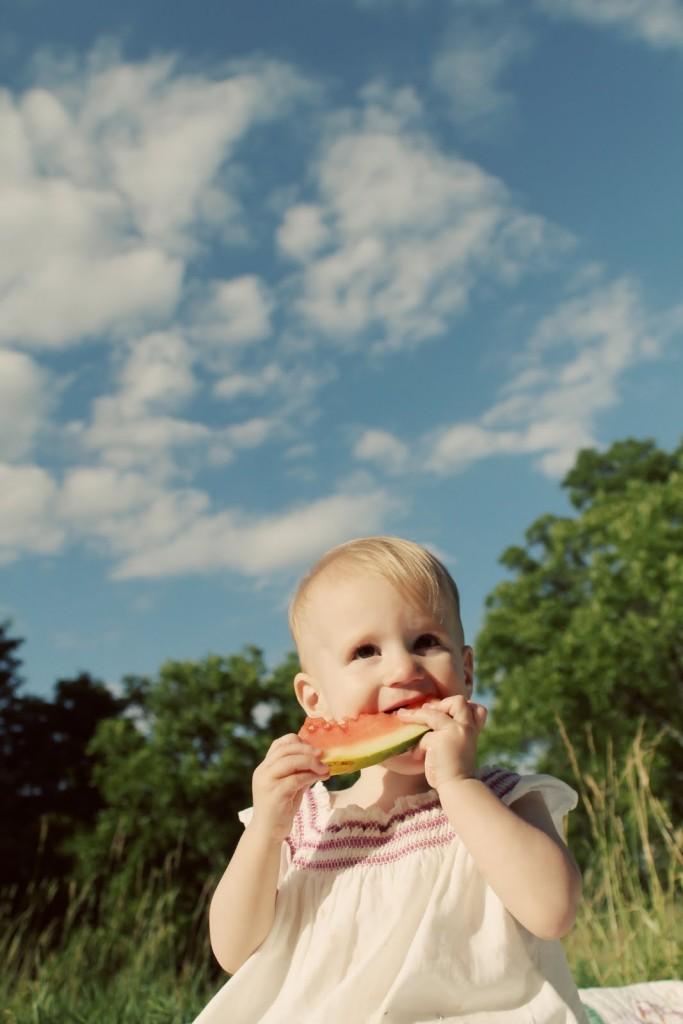 Дитина зі скибкою кавуна. Дитяча фотосесія