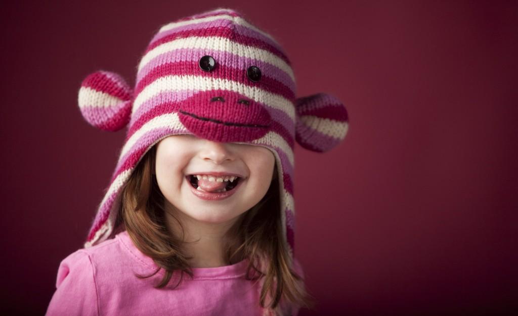 Дівчинка в шапочці мавпочки