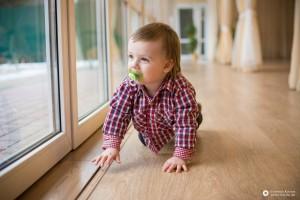 дитина біля вікна