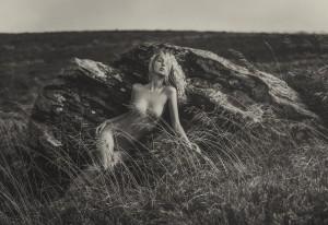 Оголена дівчина на природі
