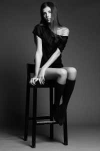 Постановка моделі. Дівчина на стільці.