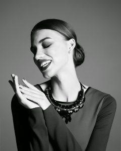 Усміхнена дівчина. Руки в кадрі
