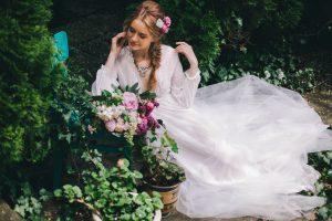 Весілля на природі. Наречена в квітах.
