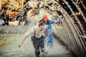 Пара у фонтані