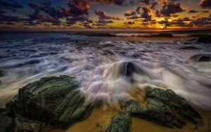 Кам'янистий берег моря