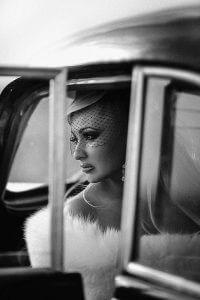 Молода в автомобілі. Фото нареченої