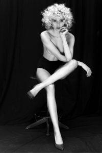 Дівчина. Чорно-біле фото