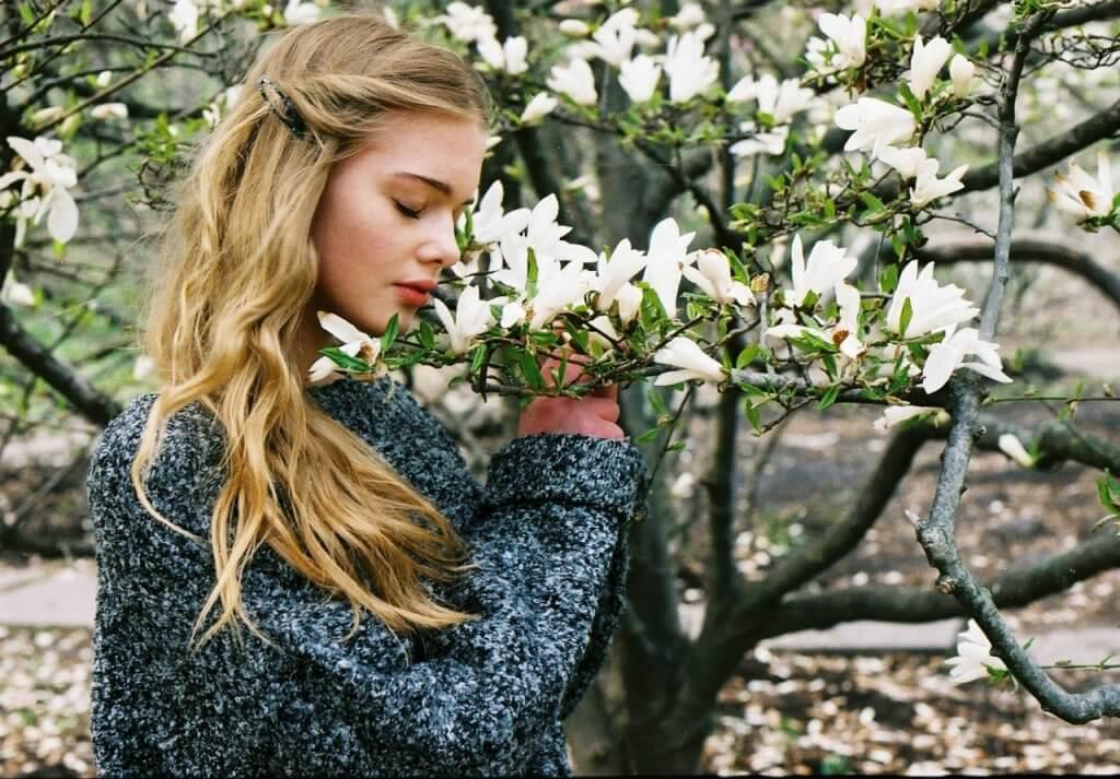 Фото дівчини з квітами. Фотограф Давид Бугнар