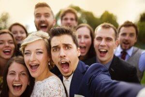 Фотографія з гостями на весіллі