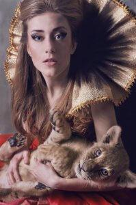 Дівчина і левеня. Фотохудожниця Ольга Кушнір