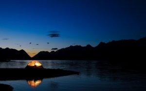 Світло в палатці. Ніч на річці