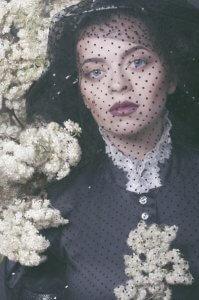 Дівчина з квітами. Ольга Кушнір