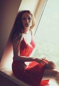 Модель у червоній сукні