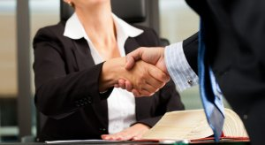 Потиск руки між клієнтом і підприємцем
