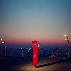 Фото дівчини у яскравій сукні