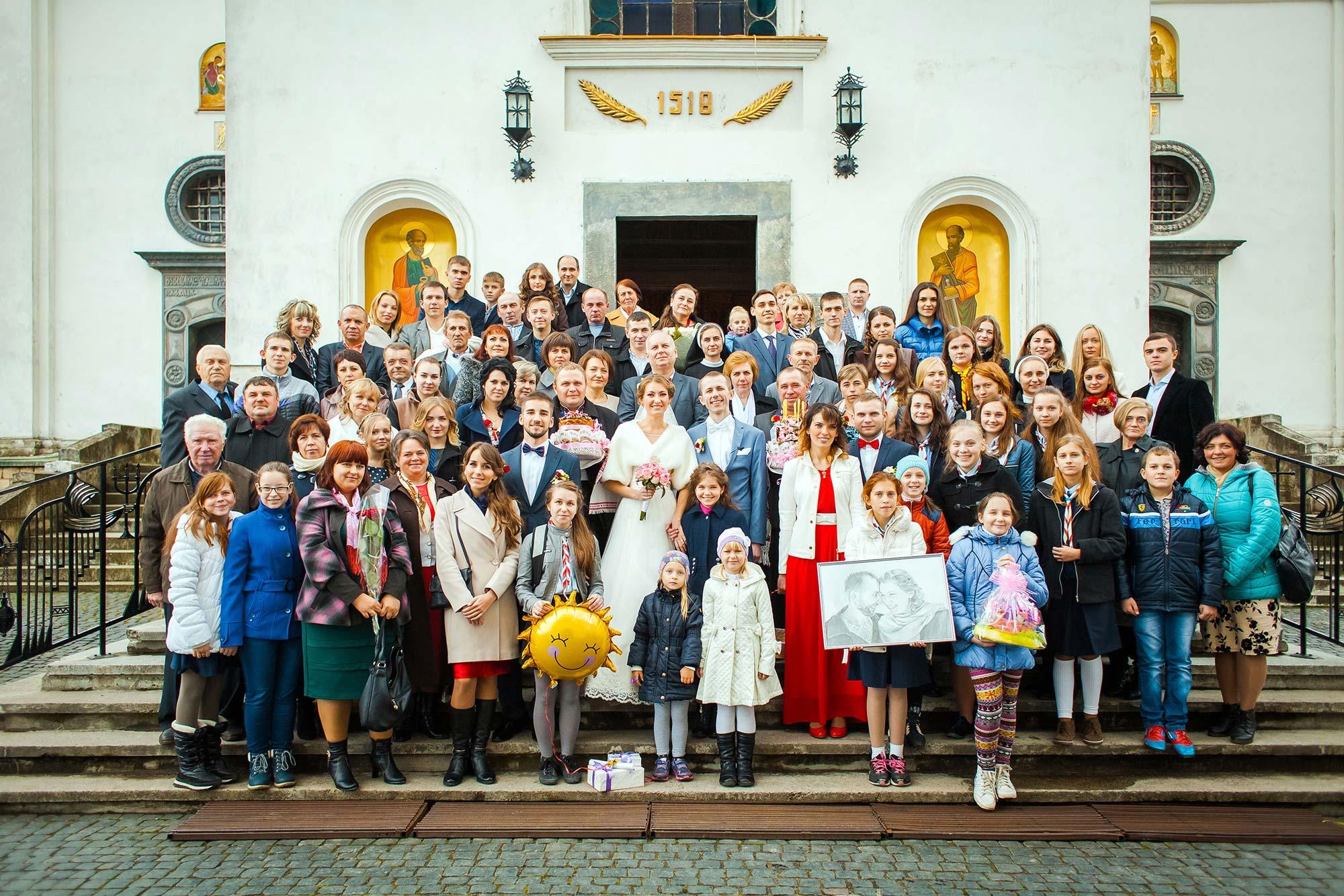 Весільні гості біля церкви