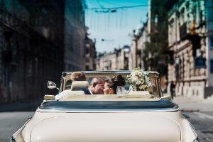 Молодята у весільному авто