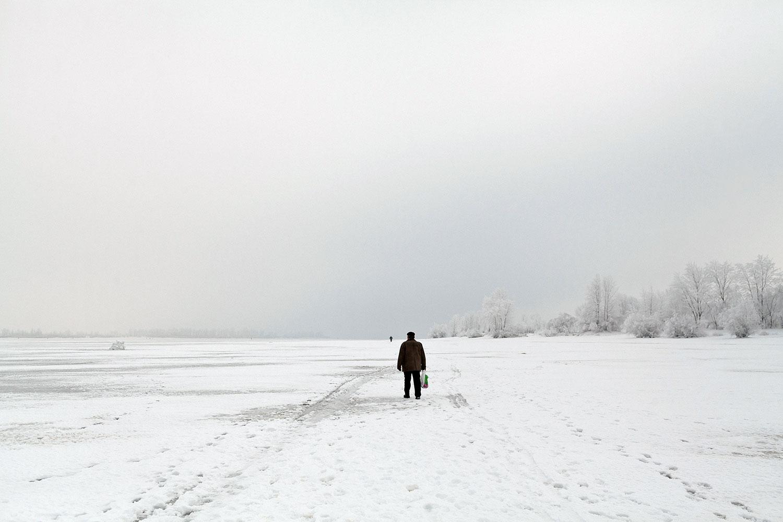 Чоловік в полі взимку