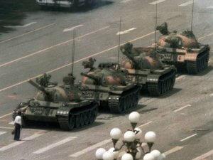 Чоловік перед танками. Документальна фотографія