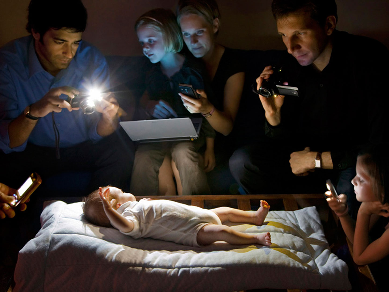 Люди залежні від смартфонів.