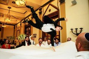 Хлопчик танцює на весіллі