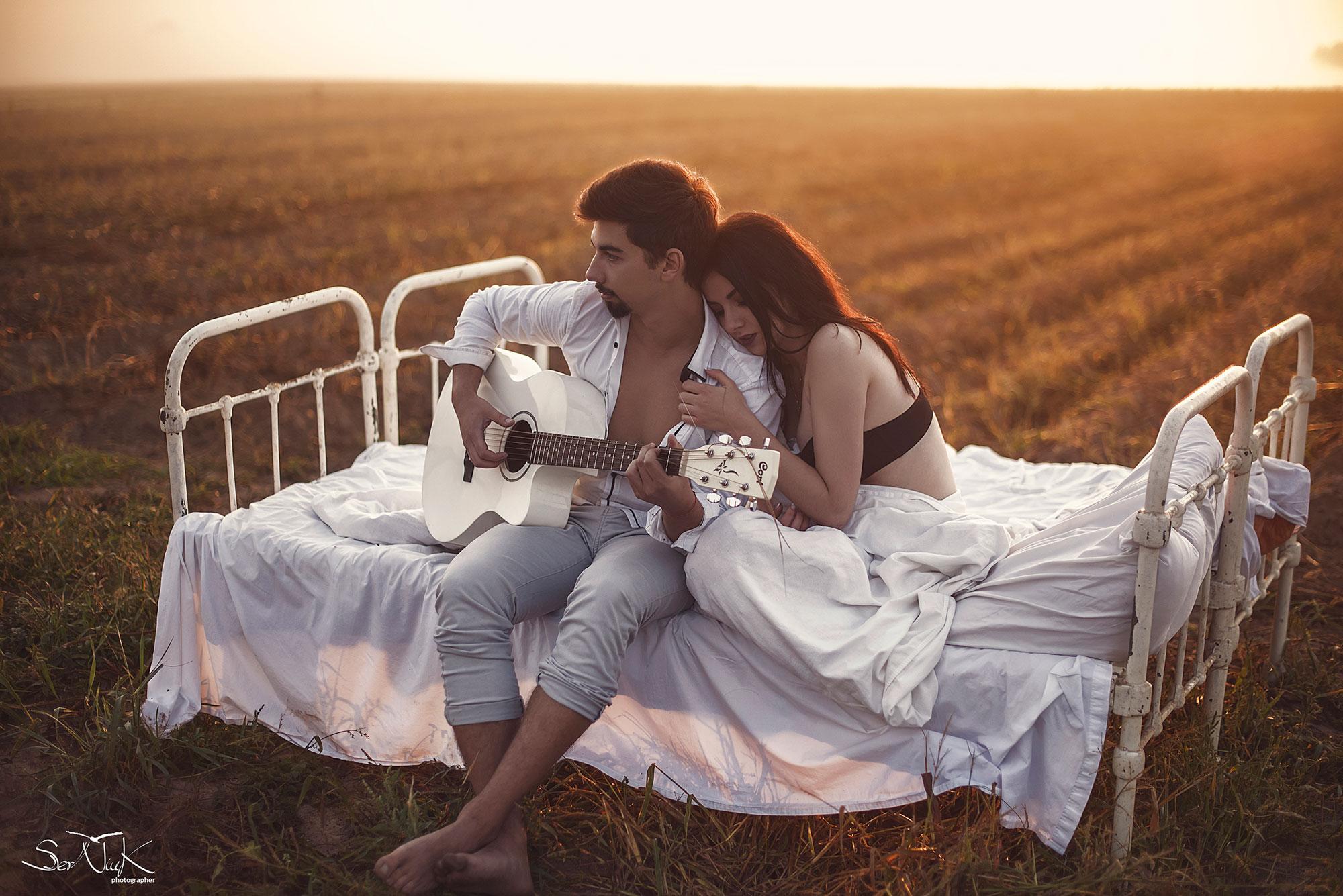 Фотозйомка з ліжком у полі