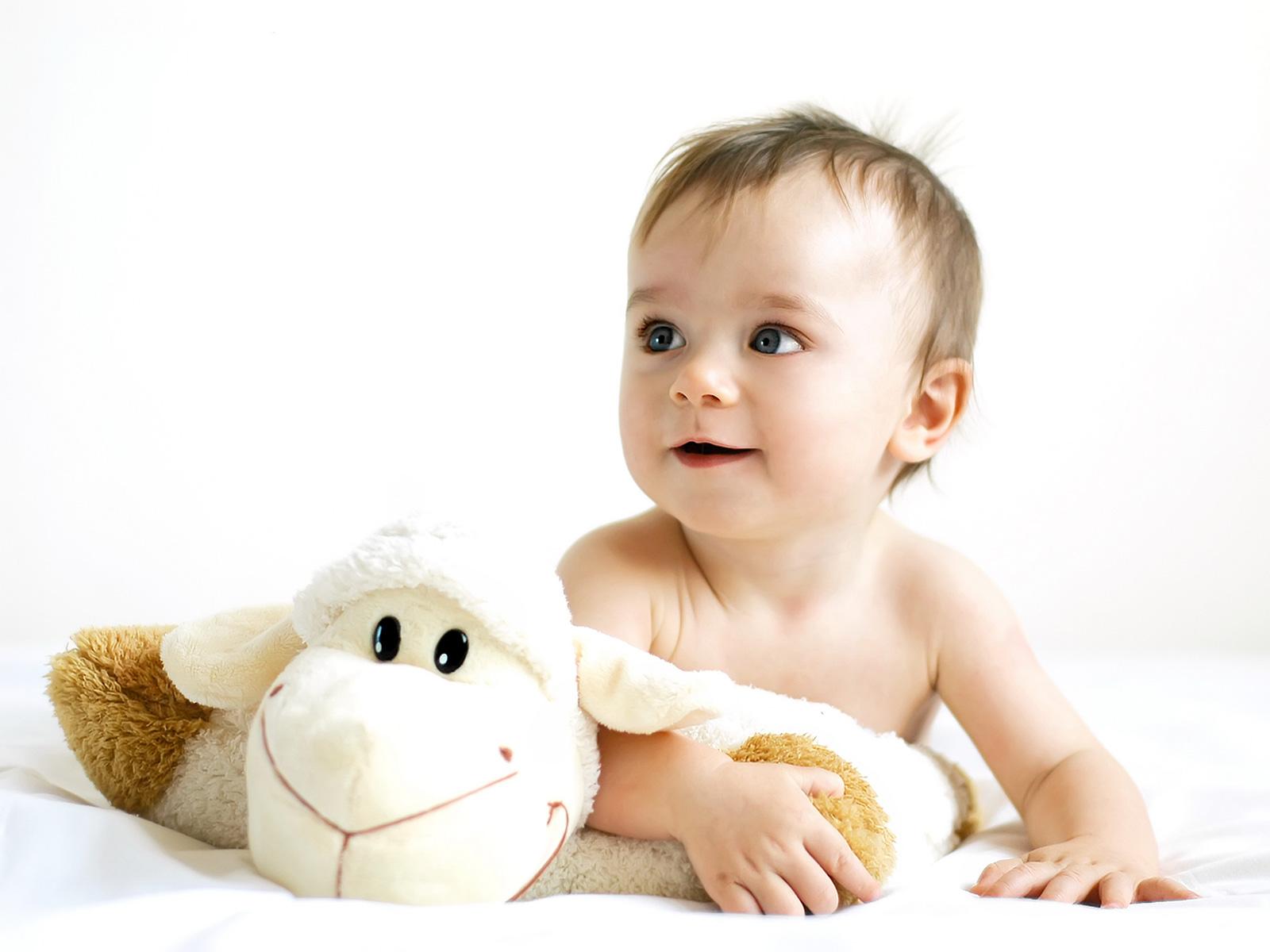 Малюк з іграшками